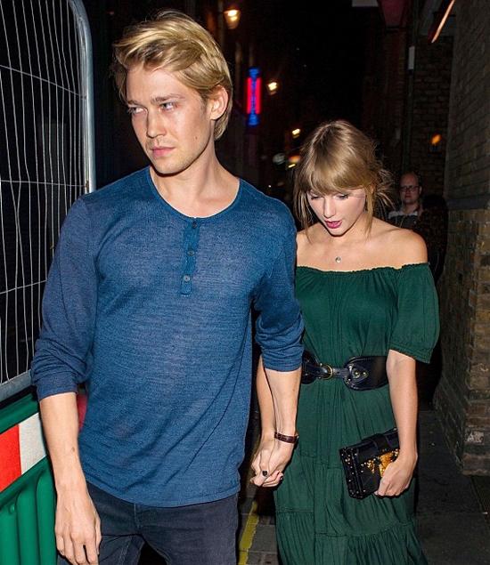 Joe Alwyn rất đẹp đôi bên Taylor từ gương mặt quyến rũ, mái tóc vàng mềm mại tới ngoại hình cao ráo.