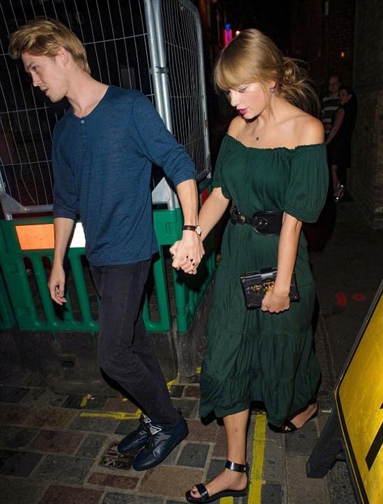 Joe hiện sống cùng gia đình ở London trong khi Taylor định cư tại Mỹ nên cặp đôi không thường xuyên gặp gỡ. Bên cạnh đó, nữ ca Ready For It? cũng bận rộn đi lưu diễn khắp thế giới trong khi bạn trai đóng phim triền miên.