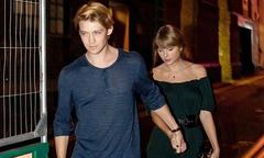 Taylor Swift bẽn lẽn đi sau người tình trẻ