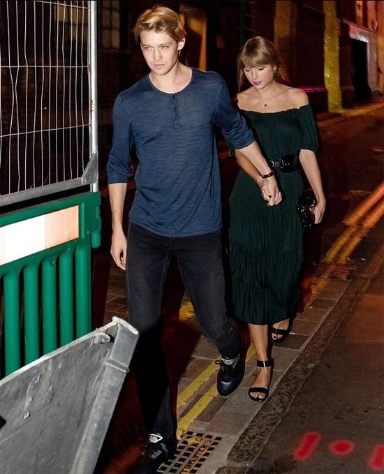 Taylor Swift và chàng người tình xứ sương mù tay trong tay tới một nhà hàng trong khu phố vắng vẻ ở London. Nữ ca sĩ 28 tuổi diện váy bồng bềnh, ê lệ đi sau bạn trai kém cô 2 tuổi.