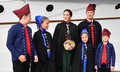 Gia đình công nương Đan Mạch thăm hòn đảo săn cá voi