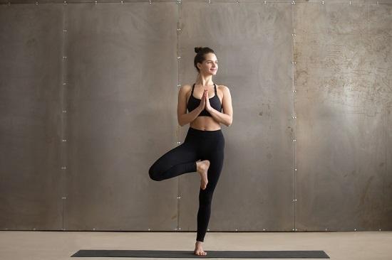 Tư thế cái cây (Tree pose)Bắt đầu bằng tư thế đứng, dồn trọng lượng cơ thể lên chân trái, chân phải gập cong, bàn chân phải đặt lên phần đùi trong của chân trái, hít thở nhẹ nhàng. Giữ tư thế 30-60 giây, hạ xuống và lặp lại với chân kia. Thực hiện5 lần mỗi bên.