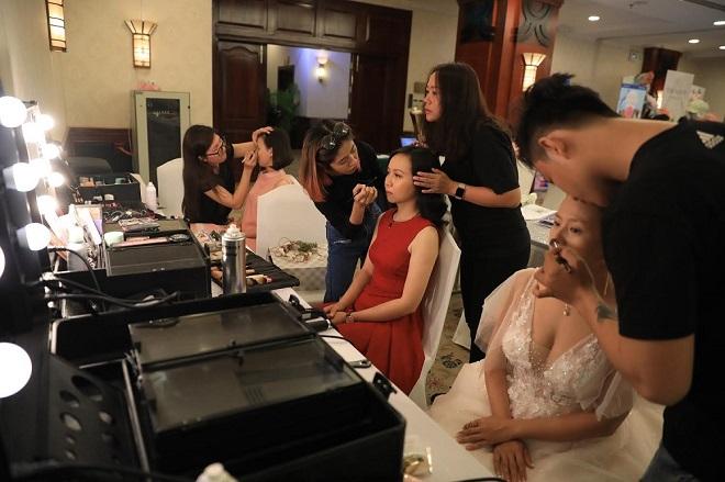 Các cô dâu sẽ được các chuyên gia trang điểm make up và làm tóc trong khoảng một tiếng rưỡi đồng hồ.