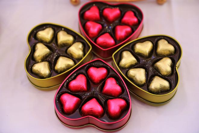 Được làm từ chocolate nóng chảy, những trái timvới phần nhânhạt khô, trái cây bên trong...bắt mắtvới vẻ ngoài đầy màu sắc. Sắc hồng và vàng chủ đạovừa làm đẹp cho bàn trưng bày, vừalà món quà ý nghĩa dành cho khách tham dự đám cưới.