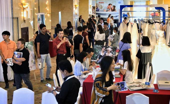 Khai mạc từ 9h sáng 25/8,Triển lãm mua sắm cưới 2018 do Báo Ngoisao phối hợp cùng Shop VnExpress tổ chức thu hút đông đảo khách tham quan, đặc biệt là các cặp đôitrẻ. Các bạn thích thú tìm hiểu và trải nghiệm sản phẩm, dịch vụ từ hơn40 thương hiệu chuyên về cưới hỏi, gia đình, nhà cửa, chăm sóc sắc đẹp, sức khỏe... tại triển lãm.
