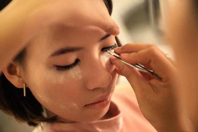 Theo chuyên gia trang điểm tại Sang Nguyễn, làm nền và kẻ mắt là trong những bước quan trọng trong khâu trang điểm vì cô dâu phải chụp ảnh, đãi tiệc trong thời gian dài. Đôi mắt tạo điểm nhấn cho gương mặt của cô dâu thêm thần thái.