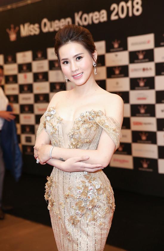 Người đẹp diện bộ cánh của NTK Chung Thanh Phong, khoe khéo vai trần gợi cảm và vòng 1 quyến . Vẻ ngoài tươi trẻ và thần thái rạng rỡ của cô cũng thu hút ánh nhìn nơi người đối diện