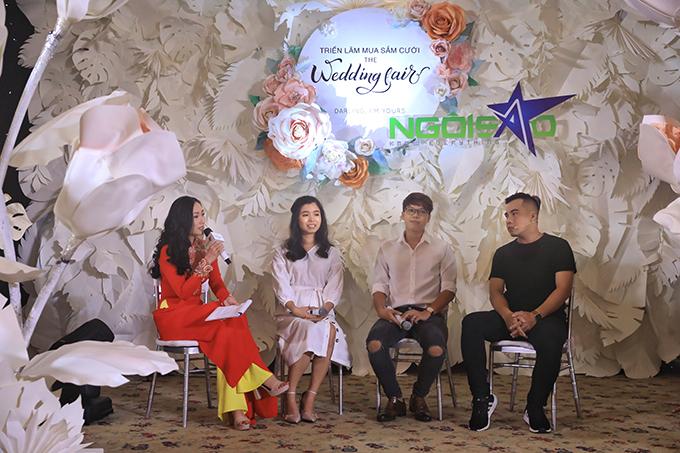 Cặp đôi Bảo Vy - Hữu Anh (ngồi giữa) và chuyên gia tổ chức cưới (ngoài cùng bên phải) chia sẻ tại buổi trao đổi Đôi mình cùng vẽ đám cưới trong mơ.