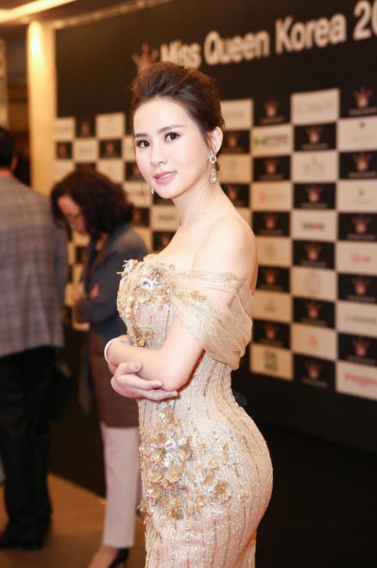 Người đẹp diện bộ cánh của NTK Chung Thanh Phong, khoe khéo vai trần gợi cảm và vòng một quyến rũ . Vẻ ngoài tươi trẻ và thần thái rạng rỡ của cô thu hút ánh nhìn người đối diện.