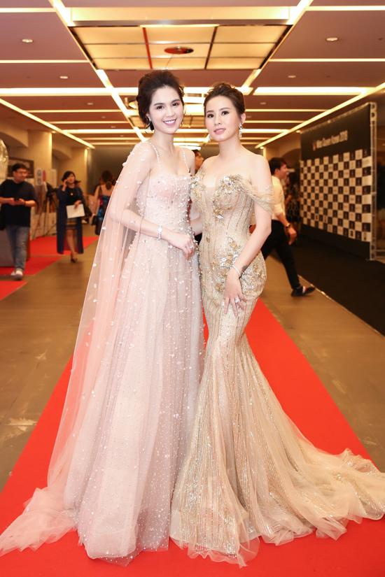 Duyên Trần thân thiết bên người mẫu - diễn viên Ngọc Trinh.
