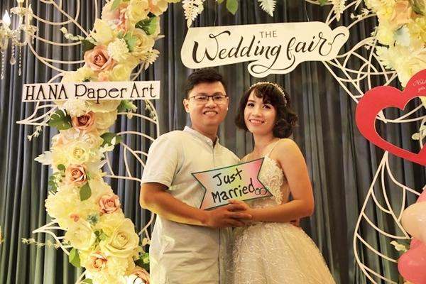 Một cặp đôi chụp ảnh cưới sau khi cô dâu trang điểm, làm tóc và diện váy cưới ngay tại sự kiện.
