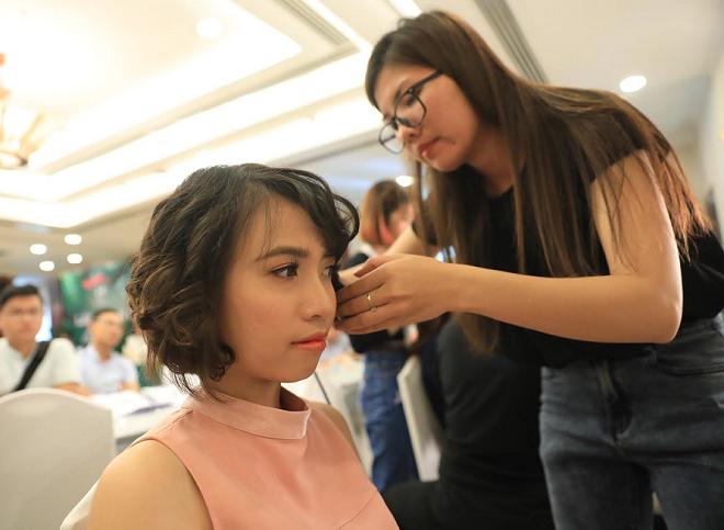 Xả và bới là những kiểu tóc phổ biến cho cô dâu trong ngày cưới. Theo chuyên gia trang điểm tại Sang Nguyễn, hiện nay các cô dâu chọn xu hướng tự nhiên như kiểu xả, tùy theo áo cưới của cô dâu chọn mà sẽ cài hoa hoặc vương miệng để tăng vẻ rạng rỡ.
