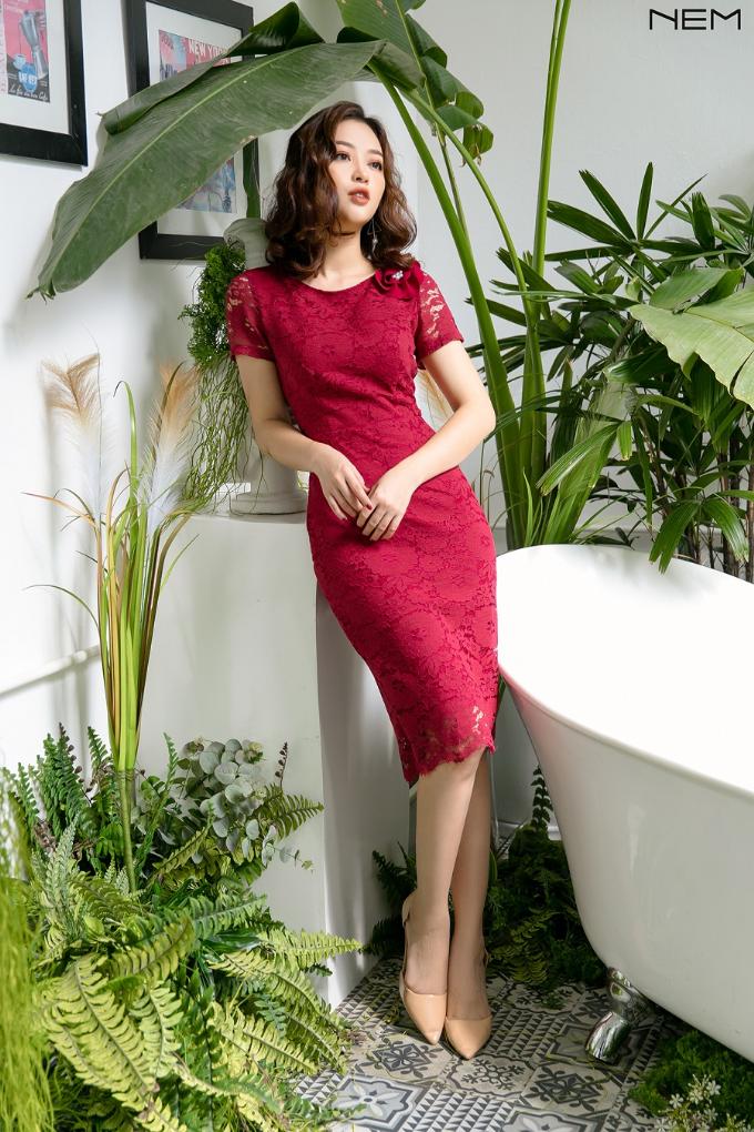 Sắc đỏ quyền lực cũng được NEMdự đoán là xu thế màu sắc nổi bậtcho thiết kế thu đông năm 2018. Thương hiệuvận dụng tone màu này với thiết kế váy ren ôm tinh tế và sang trọng.