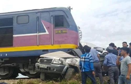 Hiện trường vụ tai nạn tàu hỏa đâm xe 7 chỗ khiến 2 người thiệt mạng và 2 người bị thương. Ảnh: CTV.