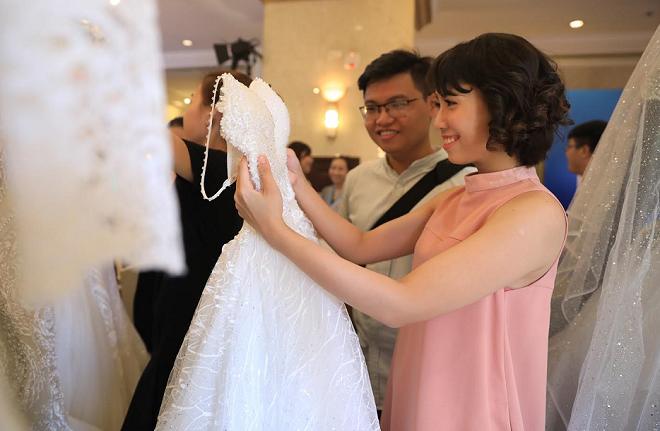 Nhiều kiểu váy cưới đuôi cá và dạng xòe lung linh được chuẩn bị cho các cô dâu lựa chọn.