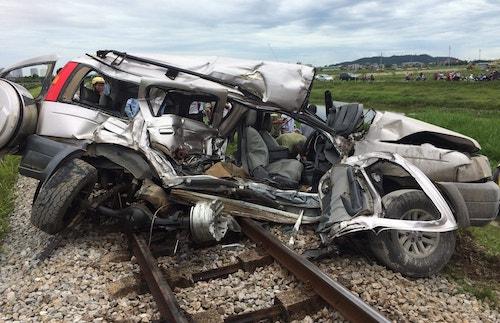 Ôtô 7 chỗ bị vò nát sau tai nạn với tàu hỏa. Ảnh: CTV.