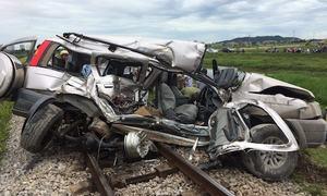 Xe 7 chỗ bị 'vò nát' sau cú đâm của tàu hỏa, 2 người thiệt mạng