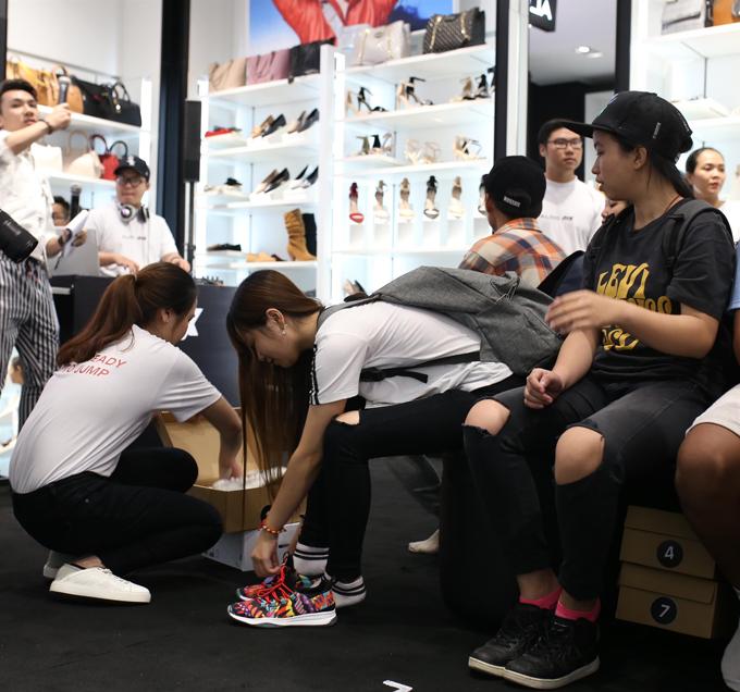 Các bạn trẻ tập trung tham gia thử giày cùng Aldo.