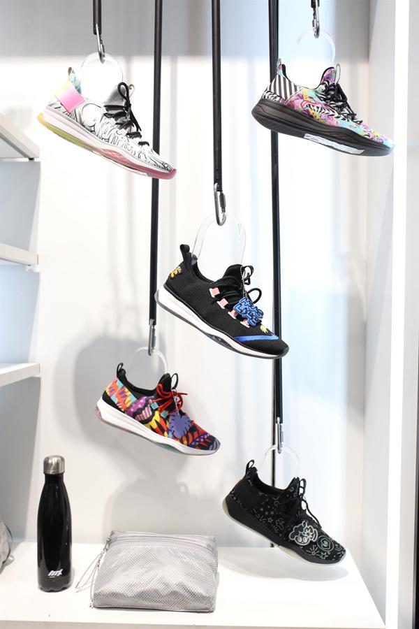 Những năm gần đây, sneaker được giới trẻ đón nhận, trở thành item thời trang không thể thiếu trong tủ đồ của nhiều người. Ngoài việc tạo sự thoải mái trong các hoạt động thể thao, sneaker Mx3 mới ra mắt của Aldo còn sở hữu kiểu dáng, chất liệu và màu sắc thời trang, hiện đại.