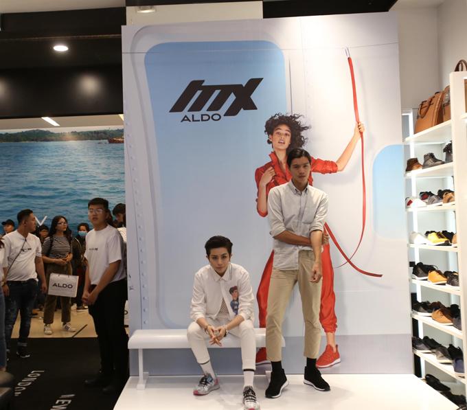 Gil Lê đại diện cho những người trẻ cá tính với phong cách thời trang độc lạ. Sneaker Mx3 được Gil Lê kết hợp tạo thành điểm nhấn cho set đồ.