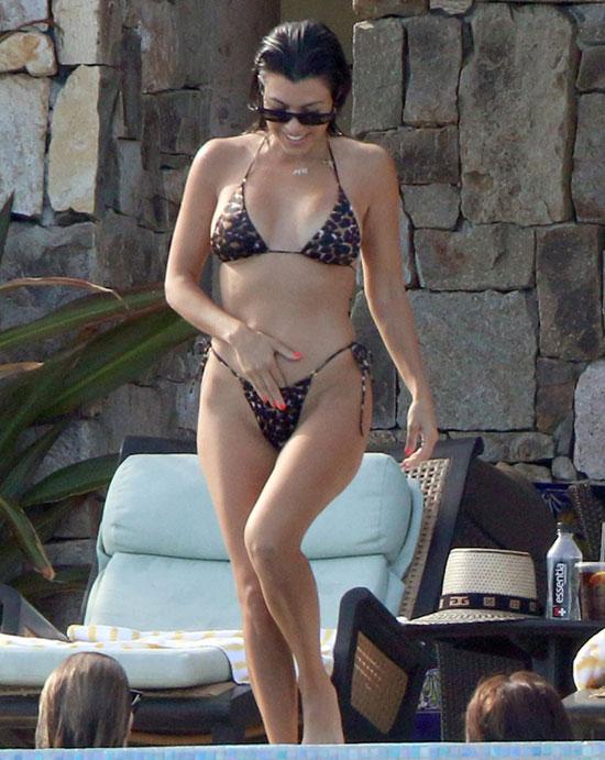 Ngôi sao truyền hình thực tế Kourtney Kardashian đi nghỉ ở biển Los Cabos, Mexico cùng các cô bạn thân. Người đẹp 39 tuổi tận hưởng cuộc sống đơn thân vui vẻ sau khi kết thúc mối quan hệ 2 năm với chàng mẫu trẻ Younes Bendjima vào tháng trước.