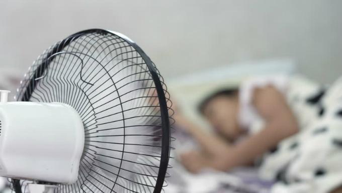 Tử vong chỉ vì bật quạt thốc thẳng vào người khi ngủ, đâu là lưu ý cần phải biết?. 2
