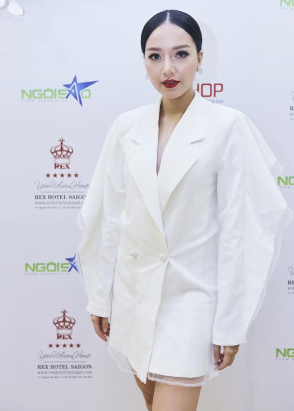 Cô nhân tình trơ trẽn Băng Di ấn tượng với trang phục, phụ kiện gam trắng.