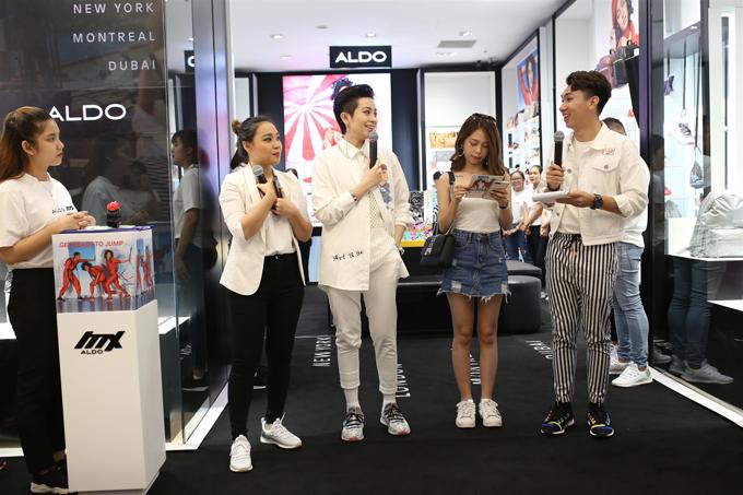 Ngày 25/8, Aldo ra mắt mẫu sneaker mang tên Mx3 tại Saigon Centre (TP HCM). Gil Lê xuất hiệntrong buổi ra mắt Sneaker Mx 3.0 với set đồ trắng phá cách nhưng vẫn đảm bảo sự thanh lịch.Gil Lê cùng đông đảo bạn trẻ tham gia trải nghiệm dòng sản phẩm mới nhất của thương hiệu.