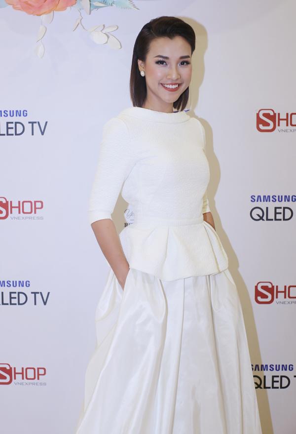 Á hậu Hoàng Oanh chọn phong cách kín đáo, thanh lịch đi dự Gala Wedding Fair 2018.