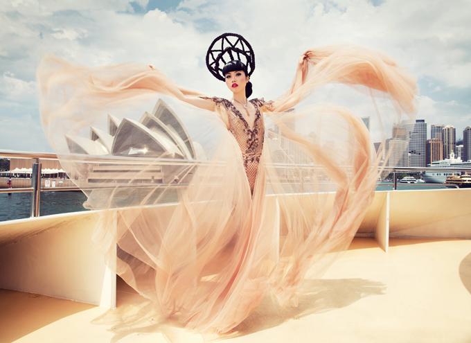 Jessica Minh Anh rất thích những kiểu váy dạ hội thiết kế mềm mại, bay bổng. Cô chụp ảnh ở Sydney, Australia.