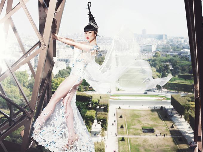 Cô mạo hiểm treo mình trên tháp Eiffel để có bức ảnh đẹp.