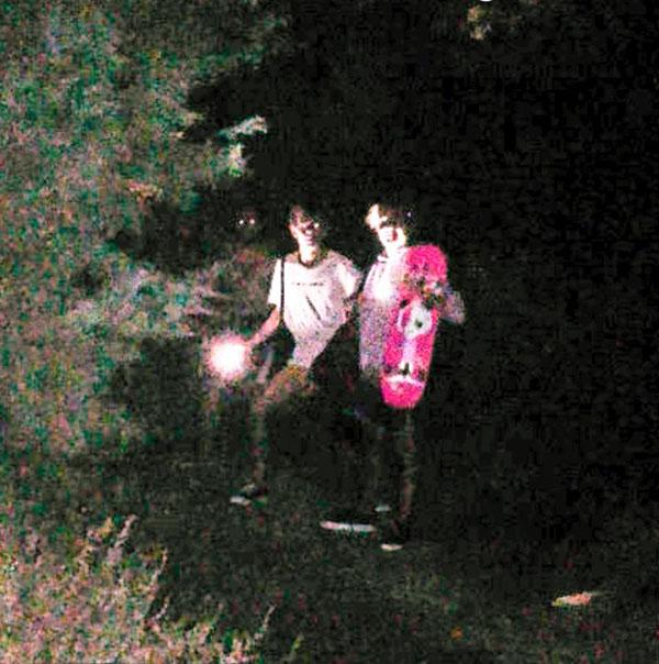 Hai chàng trai tình cờ chụp ảnh với ma xương có đôi mắt phát sáng