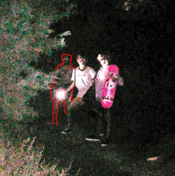 Hai chàng trai tình cờ chụp ảnh với ma xương có đôi mắt phát sáng - 1