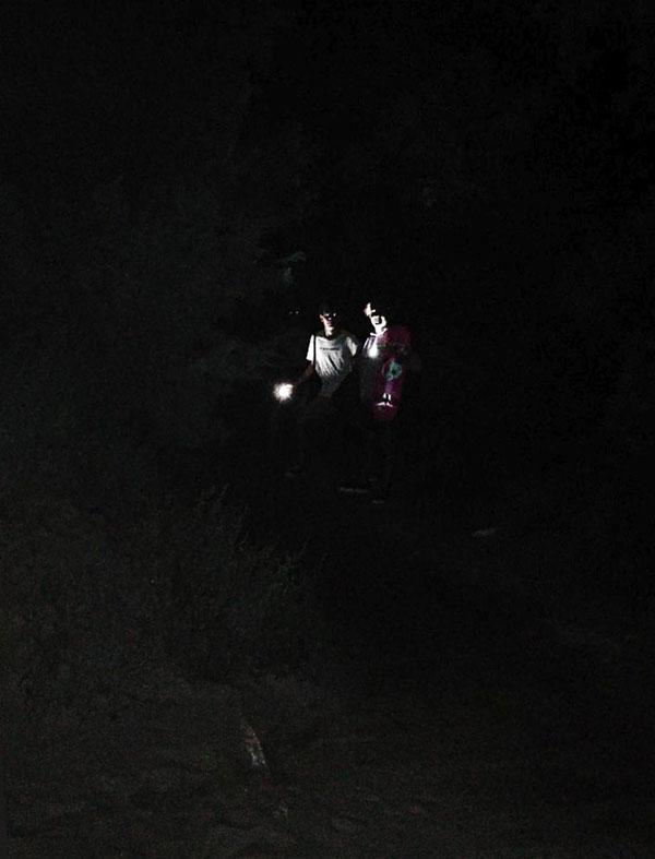 Hai chàng trai tình cờ chụp ảnh với ma xương có đôi mắt phát sáng - 2
