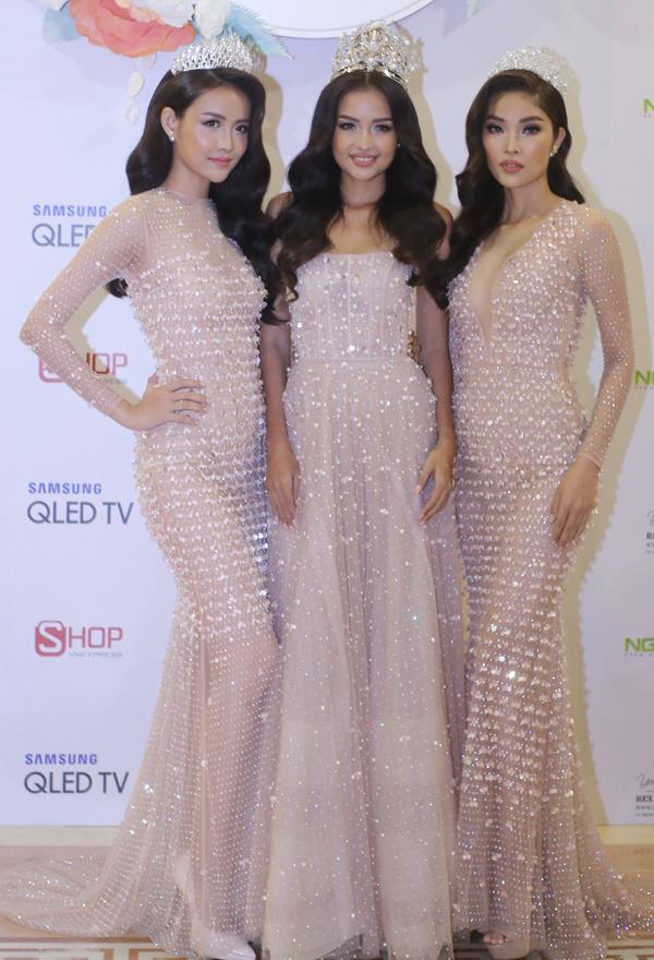 Hoa hậu Siêu quốc gia Việt Nam Ngọc Châu (giữa) và hai Á hậu Trương Mỹ Nhân (trái), Hoàng Vũ Hiên ấn tượng với váy xuyên thấu, đính đá lấp lánh.