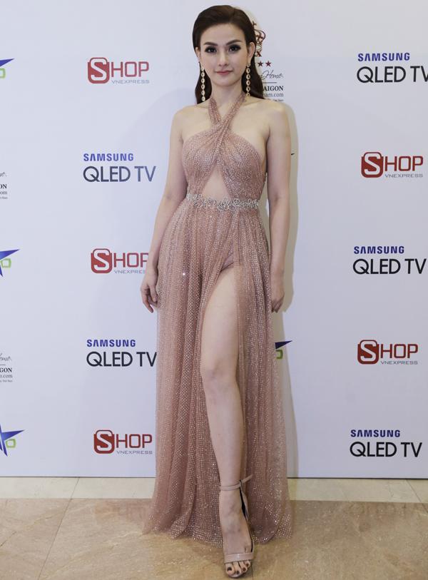 Ca sĩ Thu Thủy sexy hết cỡ với thiết kế cắt xẻ táo bạo.