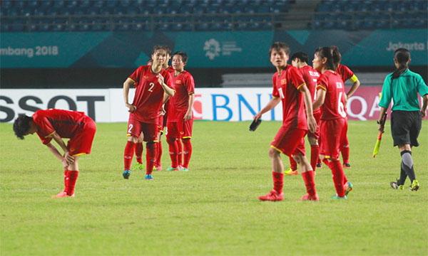 Các cô gái tuyển nữ Việt Nam buồn bã sau thất bại trước Đài Loan. Ảnh: Xuân Bình.