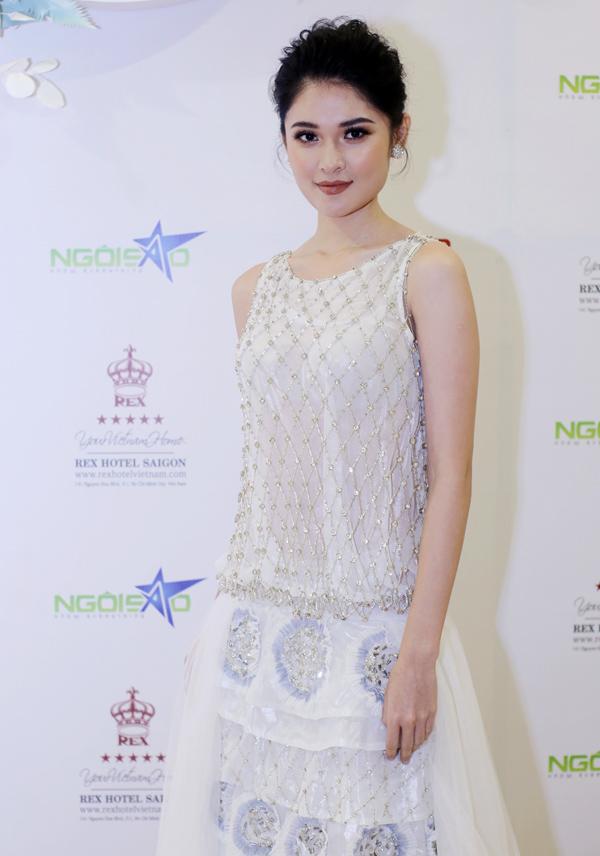 Á hậu Thùy Dung khoe nhan sắc xinh tươi trước ống kính.