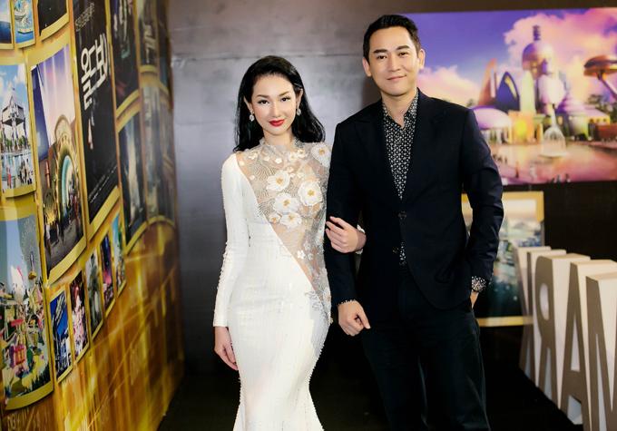 Quỳnh Chi đi sự kiện với vai trò nhà sản xuất phim. Cô được diễn viên Hứa Vĩ Văn tháp tùng.