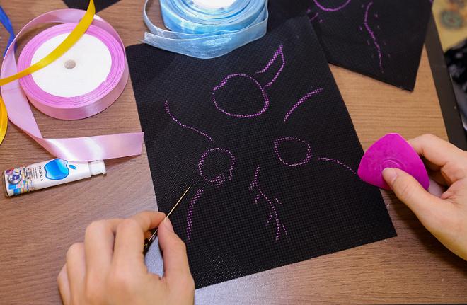 Tạo bố cục cho bức tranh thêu: dùng phấn vẽ bố cục cho hoa hồng gồm cành, lá, hoa.