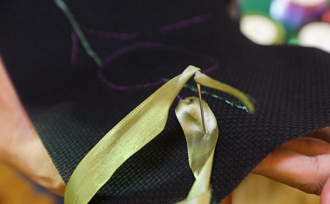 Dùng ruy băng màu xanhkích thước 2cm để thêu lá lớn, tùy vào từng loại lá mà chị em có thể dùng kích thước cho lá từ 1 cm - 2,5 cm.