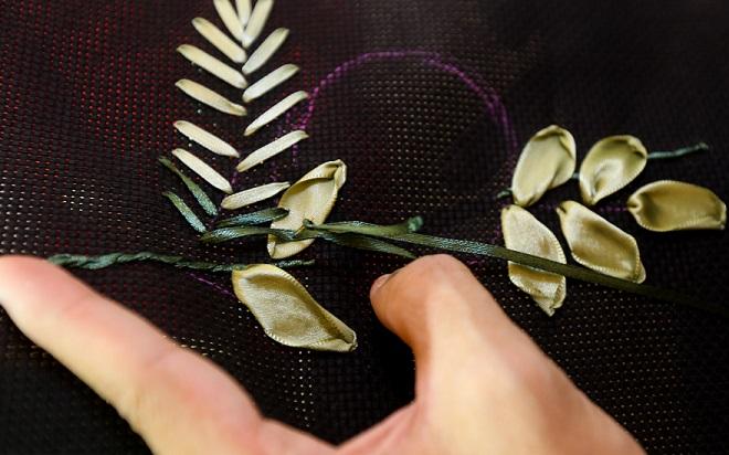 Màu sắc của chiếc lá xanh nhạt ở bên ngoài và đậm dần vào bên trong cuống lá, chị em có thể dùng màu ruy băng xanh đậm hơn để thêu cho phần phía trong lá.