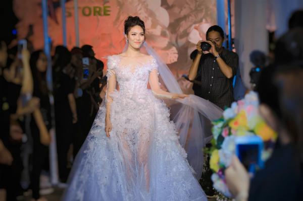 Hoa khôi Áo dài 2014 rạng rỡ trongthiết kế đính kết lông vũ trênthân váy xuyên thấucủa nhà thiết kế Vĩnh Thụy.