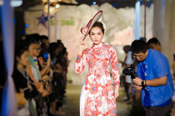 Một thiết kế áo dài cách điệu với nón rộng vành cổ điển của nhà thiết kế Minh Châu.