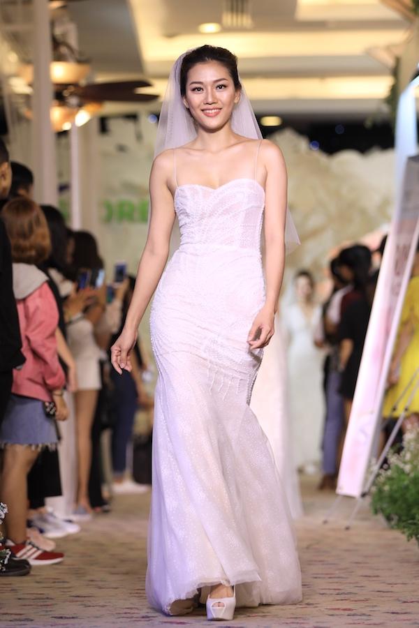 Phom dáng của các thiết kế đa dạng từ váy ôm, đuôi cá, xẻ tà, vạt xéo cho đến váy công chúa bồng xòe. Tất cả chú trọng nền vải nhẹ nhàng, giúp cô dâu di chuyển dễ dàng.