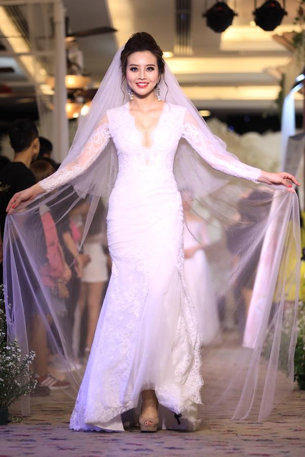 Điểm nhấn trên trang phục là phần ngực khoét hoặc ứng dụng vật liệu xuyên thấu, giúp cô dâu khoe đường cong cơ thể.