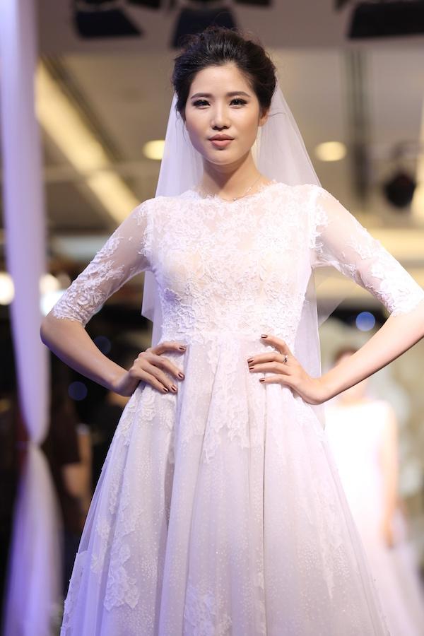 Tất cả các mẫu váy đều áp dụng gam trắng và nhấn nhá nhiều ở phần cúp ngực. Mẫu váy thêu kết dáng hoa nhài tây tượng trưng cho tình yêu.