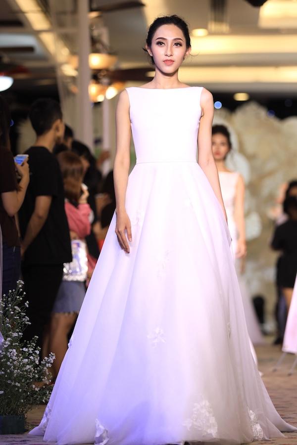 Cách đắp lớp vải chứ không dùng tùng váy bên trong của Cees Bridal không chỉ tăng độ khối phồng tự nhiên mà còn tạo vẻ ngoài lãng mạn, bồng bềnh.