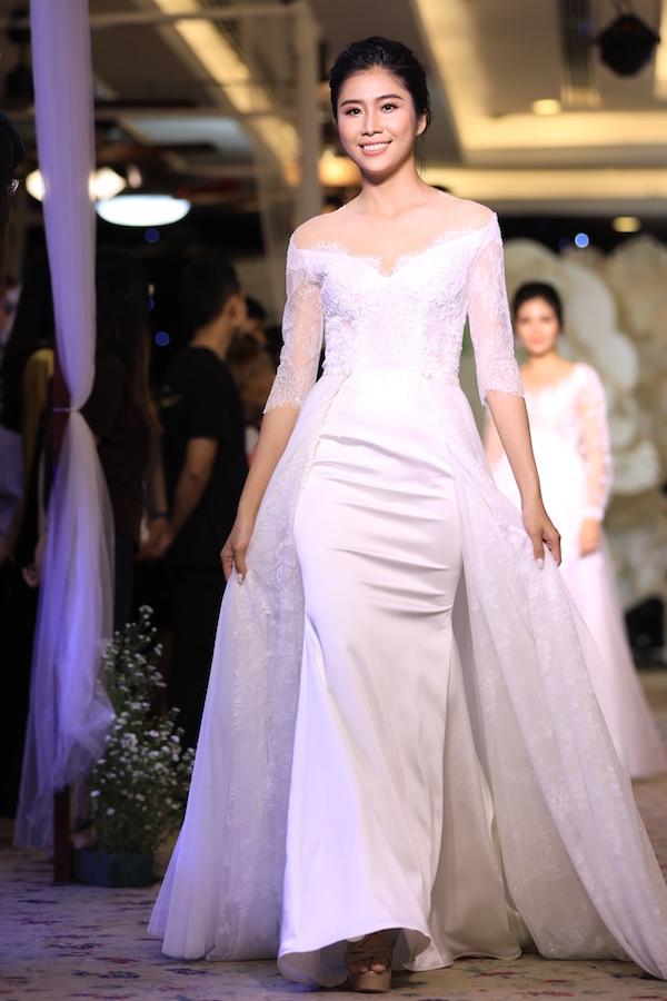 Một thiết kế mềm mại, kết hợp đuôi áo thướt tha trên phom dáng đầm ôm tối giản. Với mẫu váy này, cô dâu có cơ hội biến hoá thành một công chúa hoàng gia cổ điển.