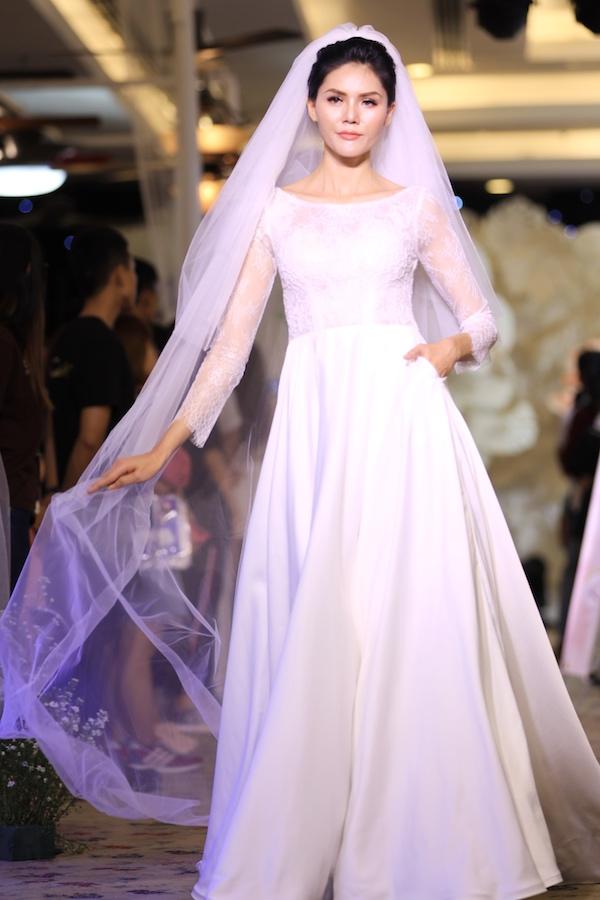 Cees Bridal tiếp tục thể hiện sự tinh tế, lãng mạn của mình bằng những thiết kế xuyên thấu kết hợp cùng phần lúp dài chấm đất lãng mạn.